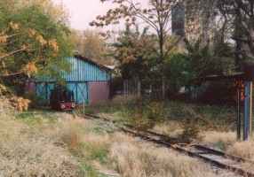 An overview of the shed and KL004 sitting in front of it. November 2003. Photo JP Charrey