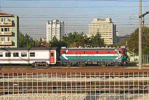 E52500 leaves Ankara station. 15/10/2004. Photo & copyright Graham Williams