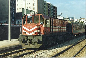 DE 18110 at Basmane awaiting a train to Denizli; 22 August 2002. Photo Malcolm Peakman.
