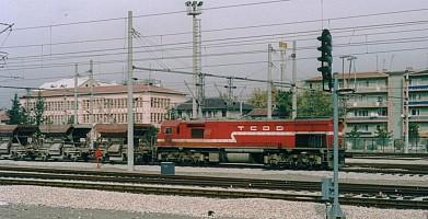 DE22000 pulling a work train, long hood forward. Ankara, 14 November 2003. Photo JP Charrey