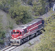 Unknown DE22000 seen near Yenice. This pictures shows very well the roof of the engine. Photo Bob(?)