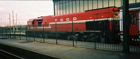"""DE22001 hauling the eastbound Dogu Express in Ankara. July 2001. This unit has the """"red roof"""" livery. photo Gökçe Aydın"""