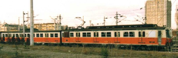 E14000 in the old red and white livery, both at Ankara station in december 1997. Photo JP Charrey