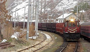 A DE24000 leading an iron ore block train to Iskenderun steel mill. Güneş, 8 January 2001, Photo Derya Ferendeci