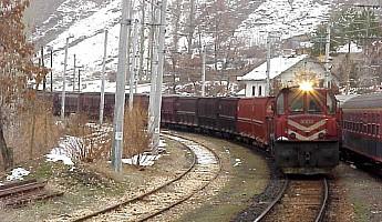 A DE24000 leading an iron ore block train to Iskenderun steel mill. Güneş, 8 January 2001, Photo Derya Ferendeci
