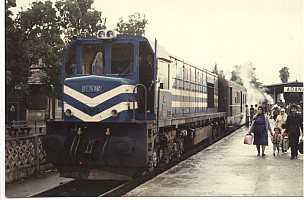 DE24060 just arriving at Adana, leading the Toros Expressi (Taurus Express). 18 October 1985, Photo Pierre Birgé. Blue DE24000 were not normaly used on this train.