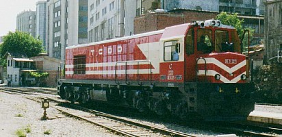 DE24227 in Basmane / Izmir, 11 June 2001, 10h40 This unit pulled in the Izmir Mavi Treni and is now reversing to the yards. Spotless conditions. Notice the silver roof. Photo JP Charrey