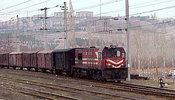 DE24359, leading an eastbound freight in Divriği. 8 January 2001, Photos Derya Ferendeci