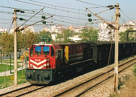 DE24379 leading freight consist in Bostancı the morning sun light Note the open hood door, a regular feature on the DE24000. 2 November 2000, 9h55. Photo JP Charrey