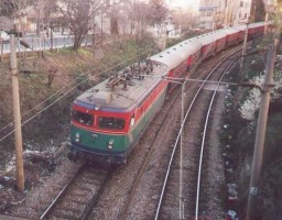 E52514, Adapazari Express , entering Bostanci station from Haydarpasa. March 2001